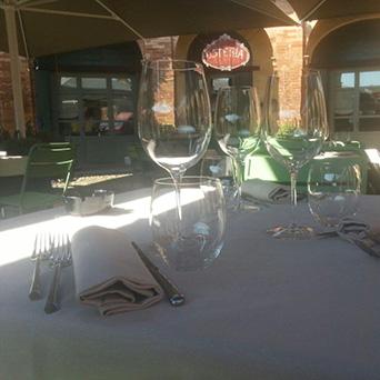 tavolo con bicchieri illuminato da un raggio di sole